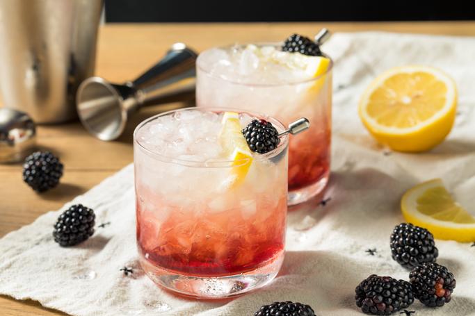 Drinken Vodka Bramble med CUBA Dry Lemon, brombærsirup og danskvand.