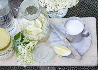Hjemmelavet hyldeblomst snaps med en dejlig sød smag